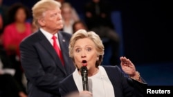Кандидат в президенты США от демократов Хиллари Клинтон и ее соперник от республиканцев Дональд Трамп. Сент Луис, 9 октября 2016 года.