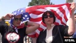 Проамериканские активисты у посольства США в Грузии