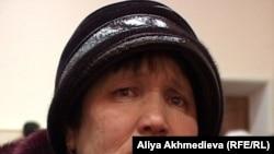 Сот залында жылап тұрған апаттан зардап шегуші ауыл тұрғындарының бірі. Қызылағаш, Алматы облысы, 9 ақпан 2011 жыл