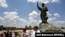 تمثال المتنبي في بغداد