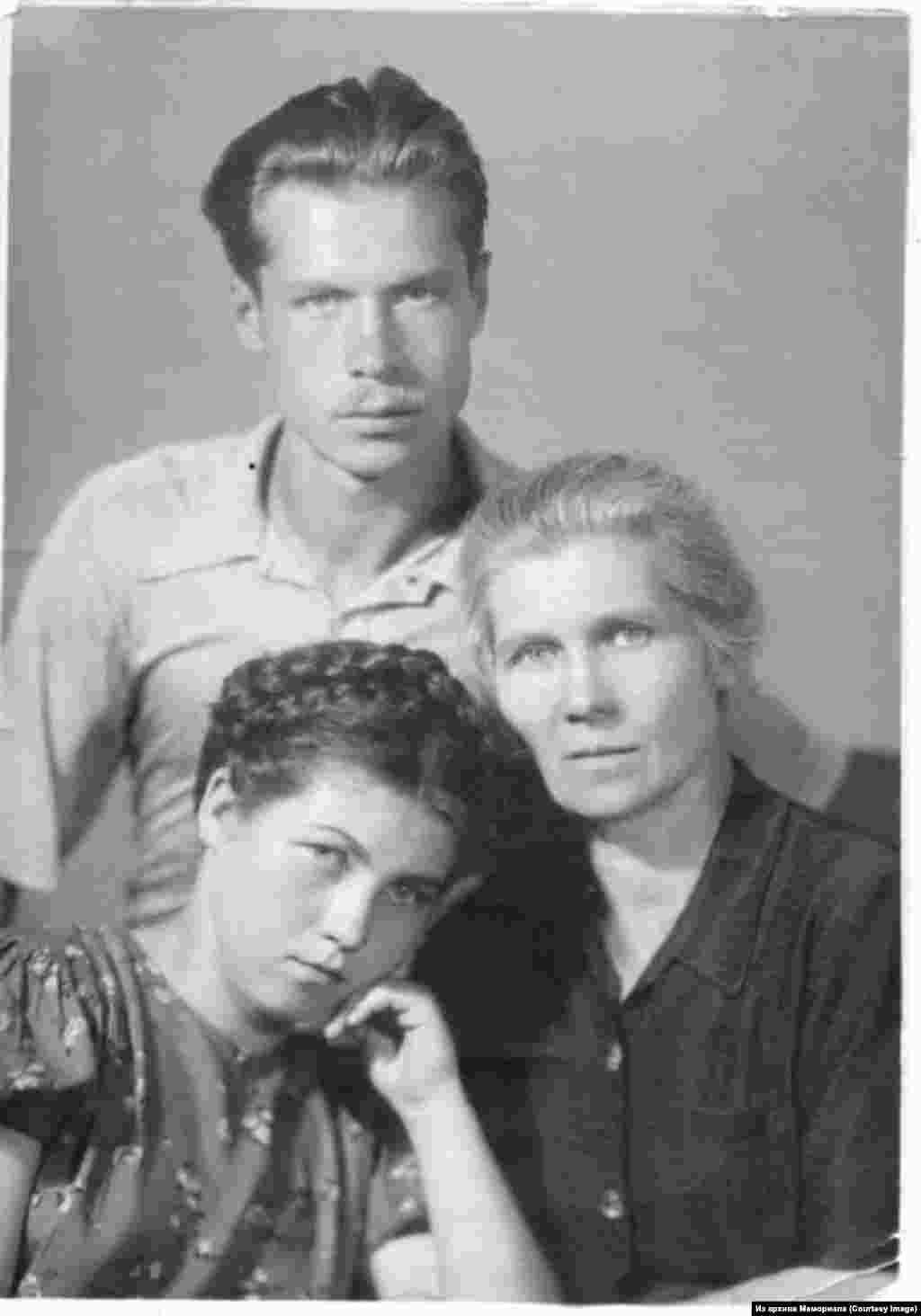 Наталья Горбаневская с мамой и братом