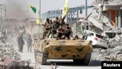 Эпизод гражданской войны в Сирии. Противники Асада в городе Ракка, октябрь 2017 года.