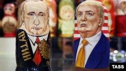 Матрешки в виде Владимира Путина и Дональда Трампа в одном из сувенирных магазинов в центре Москвы