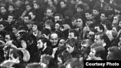 Александр Галич среди слушателей. Новосибирск, Академгородок, 1968. Фото Владимира Давыдова.