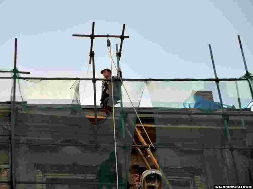 აღმაშენებლის გამზირის რეკონსტრუქციის პროცესი - თბილისში, აღმაშენებლის გამზირზე ინტენსიურად მიმდინარეობს სარეკონსტრუქციო სამუშაოები. შენობებისა თუ ტროტუარების შეკეთების პროცესის პარალელურად გამზირი ყოველდღიური ცხოვრებით ცხოვრობს.