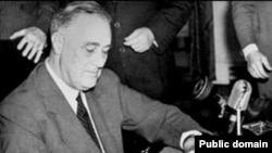 Франклин Рузвельт во время радиовыступления, 1940 г