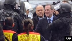 Ministrul de interne francez Claude Guéant salutând forțele speciale în timpul operațiunii de la Toulouse