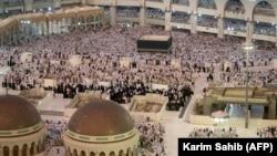 Arabi Saudite: Pelegrinët myslimanë falen në Xhaminë e Madhe në qytetin e shenjtë të Mekës, në prag të nisjes së Haxhit. 29 gusht, 2017
