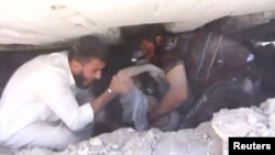 Последствия авиаудара в провинции Идлиб, 28 мая 2019 г. Раненого мужчину достают из-под завала