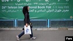 Көшеде кетіп бара жатқан бойжеткен. Тегеран, 2013 жылдың мамыры. (Көрнекі сурет)