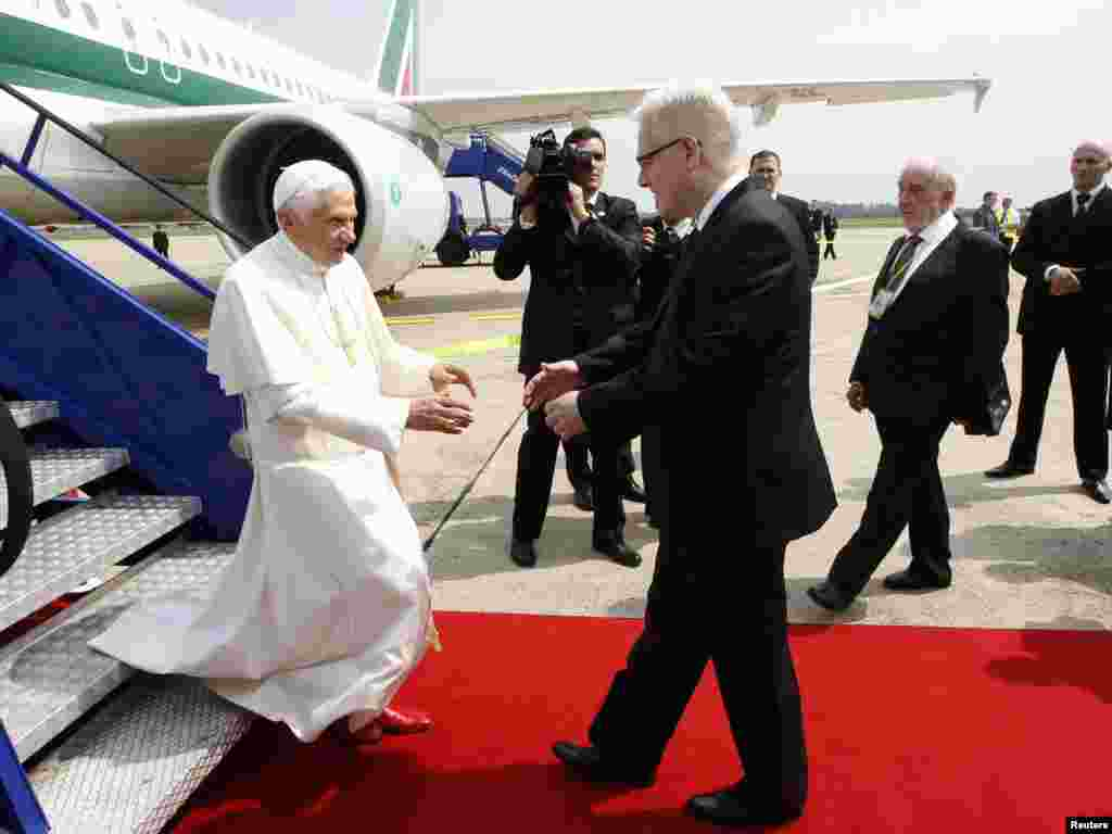 Papa Benedikt XVI i predsjednik Hrvatske Ivo Josipović na aerodromu u Zagrebu, 4. lipanj 2011. REUTERS / Alessandro Bian -