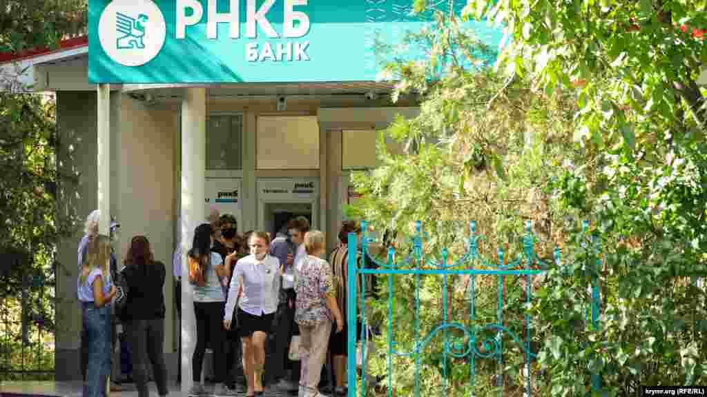 Біля відділення банку РНКБ дехто також без масок або одягнув їх неправильно