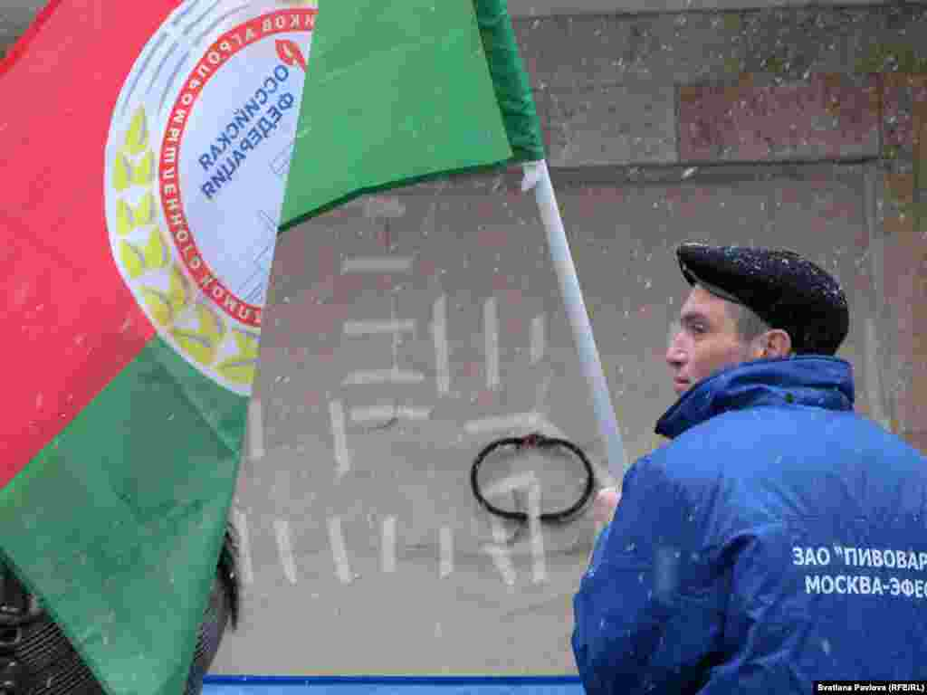 """Ремонт центрального подъезда """"Объединенных кондитеров"""" продолжался, пока шел пикет"""