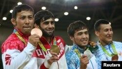 Бразилия -- Церемония награждения победителей, дзюдо, мужчины до 60 кг. Олимпийский чемпион Беслан Мудранов (второй слева).