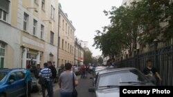 Граждане Узбекистана рядом с посольством своей страны в Москве.