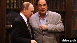 Vladimir Putin (solda) və Oliver Stone