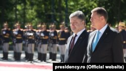 Президент України Петро Порошенко (ліворуч) та президент Румунії Клаус Йоганніс у Бухаресті
