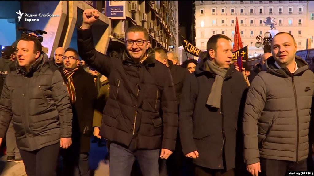 МАКЕДОНИЈА - Со собир пред владата, ВМРО-ДПМНЕ ја почна најавената серија протести против актуелната власт во Скопје и низ градовите во Македонија. Партискиот лидер Христијан Мицкоски најави тешка борба за нова зора за татковината.