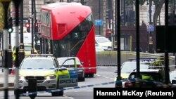 Британ парламенті ғимаратының қоршауына соқтыққан көлікті полицейлер көліктері қоршап тұр. Лондон, 14 тамыз 2018 жыл.