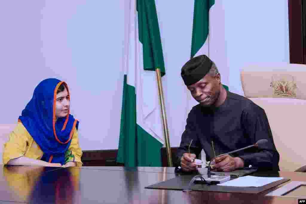 فعالیتهای مدنی ملاله پس از نوبل نیز ادامه پیدا کرد؛ بهخصوص که او حالا دیگر کنشگری سرشناس بود. در این تصویر او در کنار رئیسجمهوری نیجریه، خواستار اعلام «وضعیت اضطراری برای آموزش به کودکان و نوجوانان» میشوند.