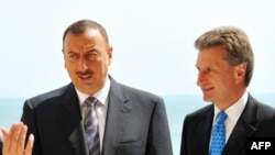 Guenther Oettinger (right) will need to balance political and commercial concerns with Azerbaijani President Ilham Aliyev.