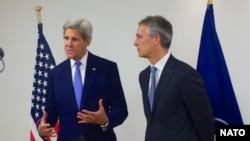 Госсекретарь США Джон Керри и генеральный секретарь НАТО Йенс Столтенберг выступают на совместной пресс-конференции.