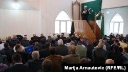 Vernici koji podržavaju Islamske zajednicu Srbije i Adema Zilkića klanjaju u jednoj od džamija u Novom Pazaru, 2010.