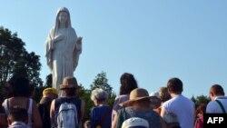 Vjernici pred statuom Gospe, Međugorje
