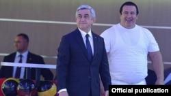 Президент Армении Серж Саргсян (слева) и Гагик Царукян принимают участие в открытии принадлежащего последнему развлекательного центра, 1 июня 2015 г.