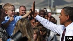Барак Обама Гыйрак сугышы ветеранын сәламли, Форт Блисс, Тексас штаты, 31 август 2010