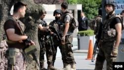 Стамбулдағы түрік қауіпсіздік күштерінің қызметкерлері, Түркия (Көрнекі сурет).