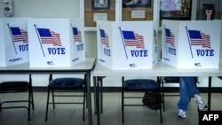 مواطن أميركي يملأ إستمارة التصويت في ولاية أوهايو في اليوم الأخير من التصويت المبكر
