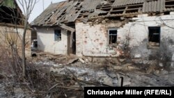 Зруйнований обстрілами будинок в Авдіївці, 1 лютого 2017 року
