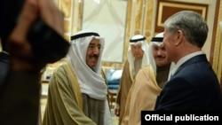 Атамбаев Катарга сапарынын алдында Кувейтте болду. Кувейт эмири менен жолугушуп жаткан учуру. 13-декабрь, 2015-жыл.
