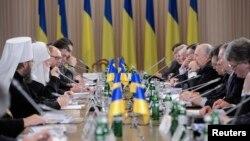 Украинаның билік және оппозиция өкілдерінің қатысуымен өткен жалпыұлттық дөңгелек үстел жиыны. Киев, 13 желтоқсан, 2013 жыл.