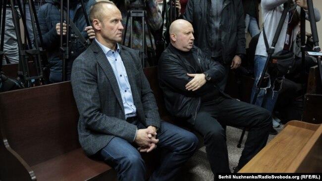 Олександр Турчинов (праворуч), колишній секретар РНБО на суді з обрання запобіжного заходу Сергію Пашинському, 7 жовтня 2019 року