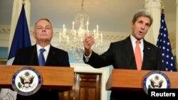 جان کری (راست) و و ژان مارک آیروت، وزیران خارجه آمریکا و فرانسه.