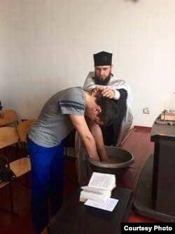 Вадим Гузутаев утверждает, что перед крещением прочитал много религиозной литературы