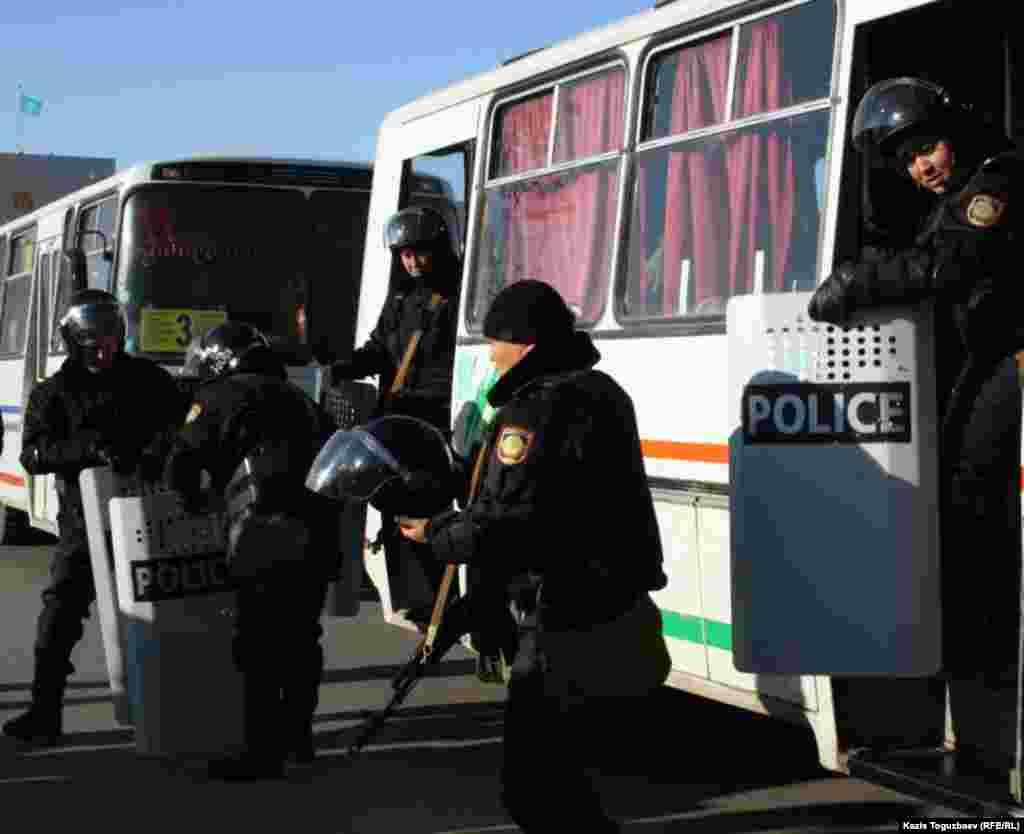 Прибытие на центральную площадь Согласия Актау двух первых автобусов с полицейскими, вооруженным автоматами Калашникова и щитами. 18 декабря.