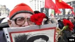Миф о себе Сталин создал сам, его сегодняшние поклонники этот миф лишь отретушировали.