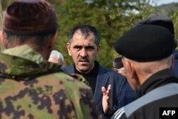 Юнус-Бек Евкуров общается с участниками митинга протеста против изменения границ между республиками Ингушетия и Чечня, октябрь 2018 года
