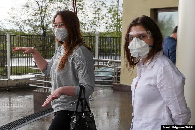 """Обвиняемые по делу """"Нового величия"""" Мария Дубовик и Анна Павликова (слева направо) у здания Люблинского районного суда. 7 мая 2020 года"""