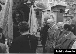 Петр Григоренко и Леонид Плющ у памятника Петлюре в Париже