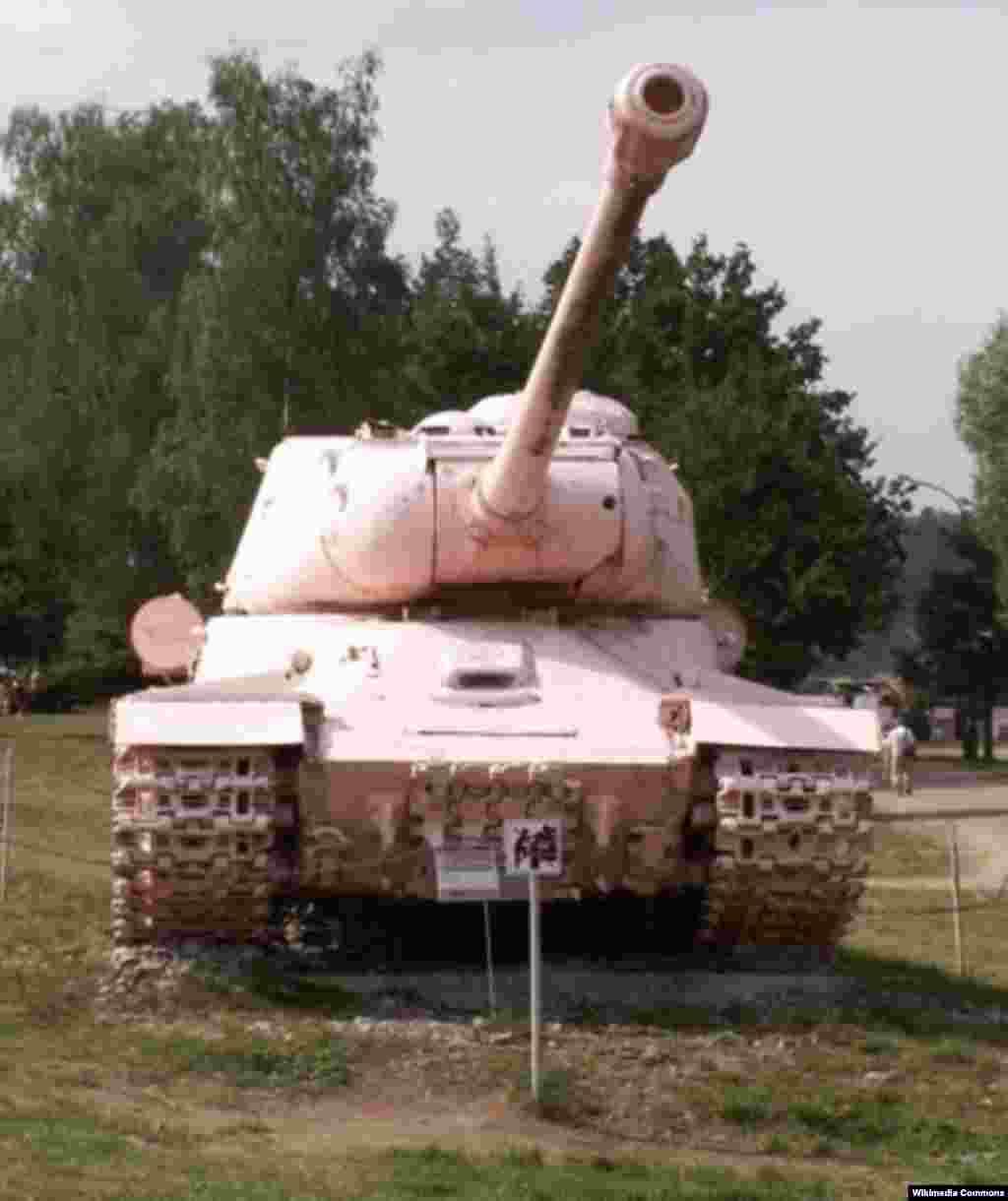 Перекрашенный в розовый цвет советский танк находится ныне на территории Военно-Технического музея в деревне Лешаны близ Праги.