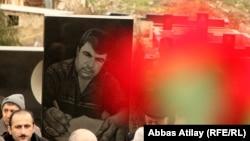 Arxiv foto: Elmar Hüseynovun qəbri ziyarət olunur
