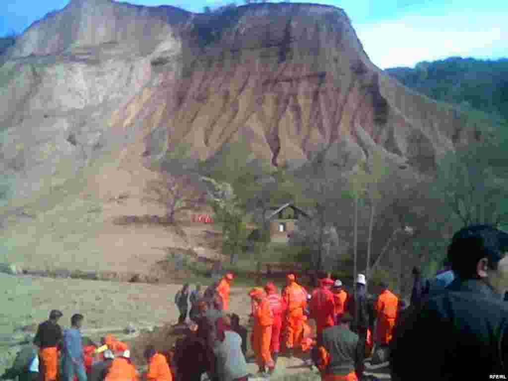 Спасательные работы проведены отрядами МЧС и минобороны - Kyrgyzstan - Natural disaster in Aksy region. 16Apr2009