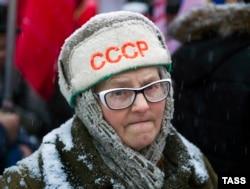 Участница митинга в честь 99-й годовщины Октябрьской революции, Новосибирск, 7 ноября 2016 года