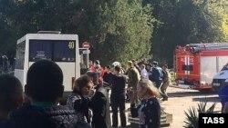 У здания Керченского политехнического колледжа, где произошел взрыв.