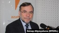 Centerra Gold компаниясының президенті Ян Аткинсон Азаттықтың Бішкектегі бюросында, 22 қазан 2013 жыл.