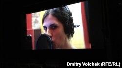 На экране кинотеатра Luxor поет Надежда Толоконникова